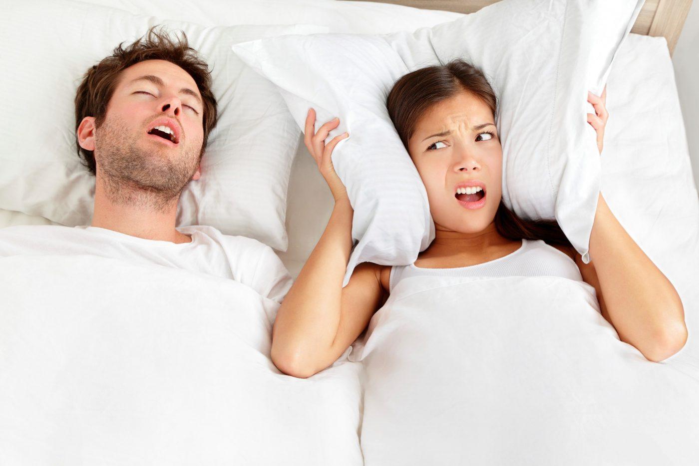 Cet oreiller pourrait supprimer le bruit des ronflements !
