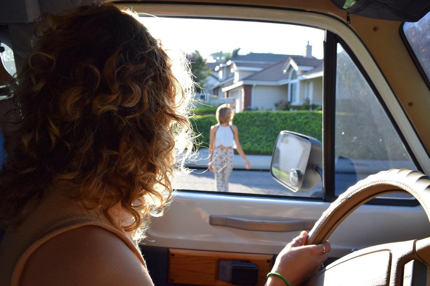 Une femme conduit une voiture