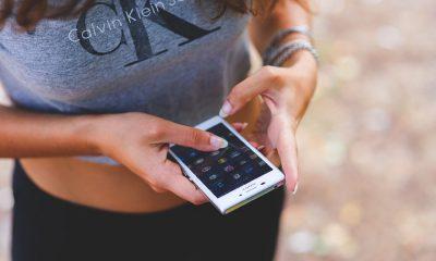 Une fille avec un smartphone sony mobile