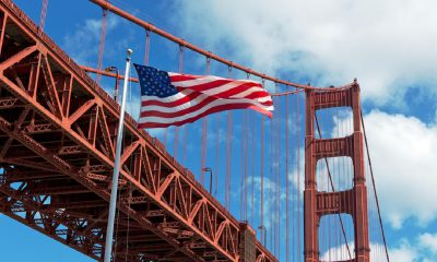 Le Golden gate bridge en Californie avec le drapeau américain USA Etats-UNis