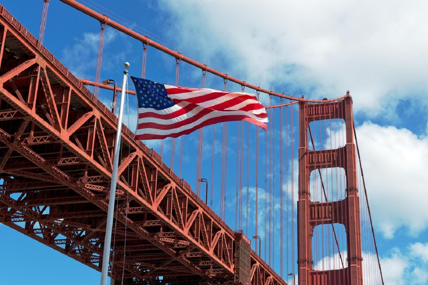 Le Golden gate bridge en Californie avec le drapeau américain USA Etats-UNis