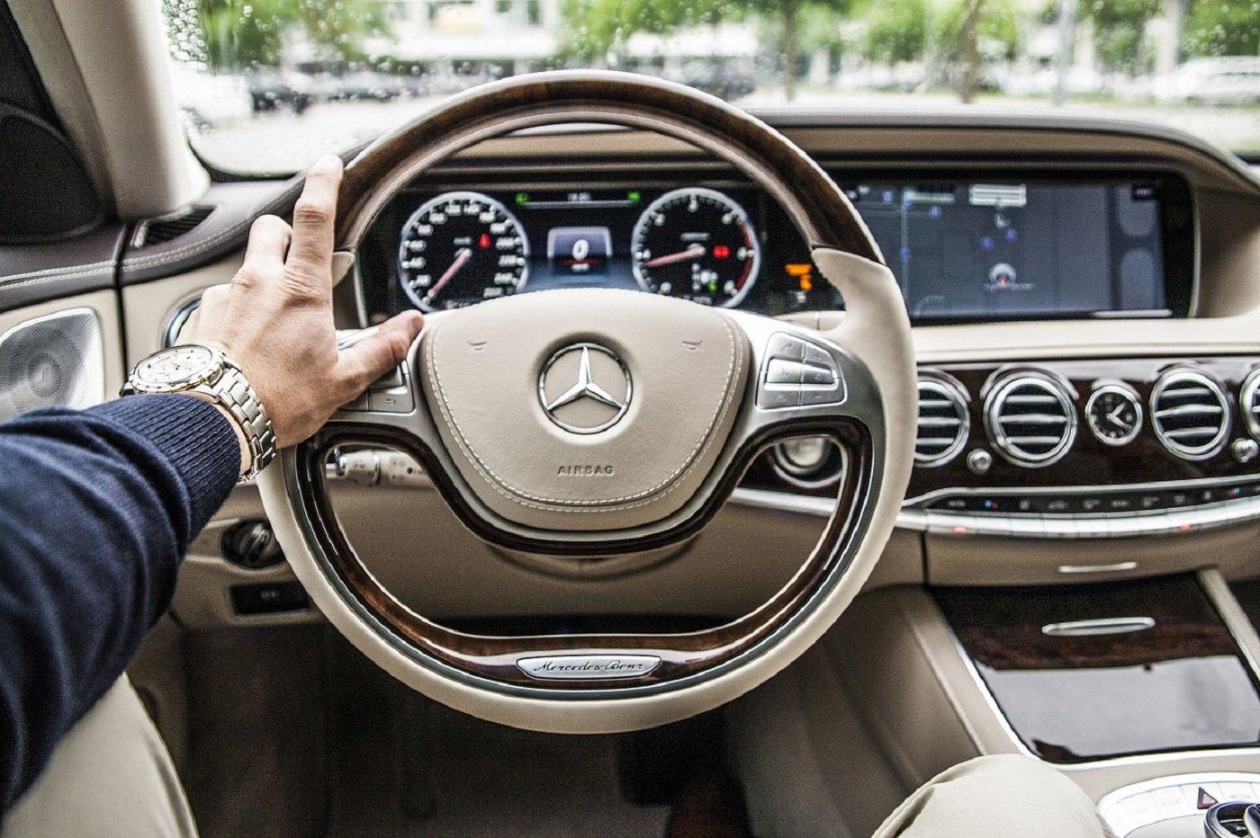 Au volant d'une voiture Mercedes