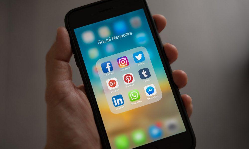 iPhone réseaux sociaux Facebook Twitter WhatsApp Instagram