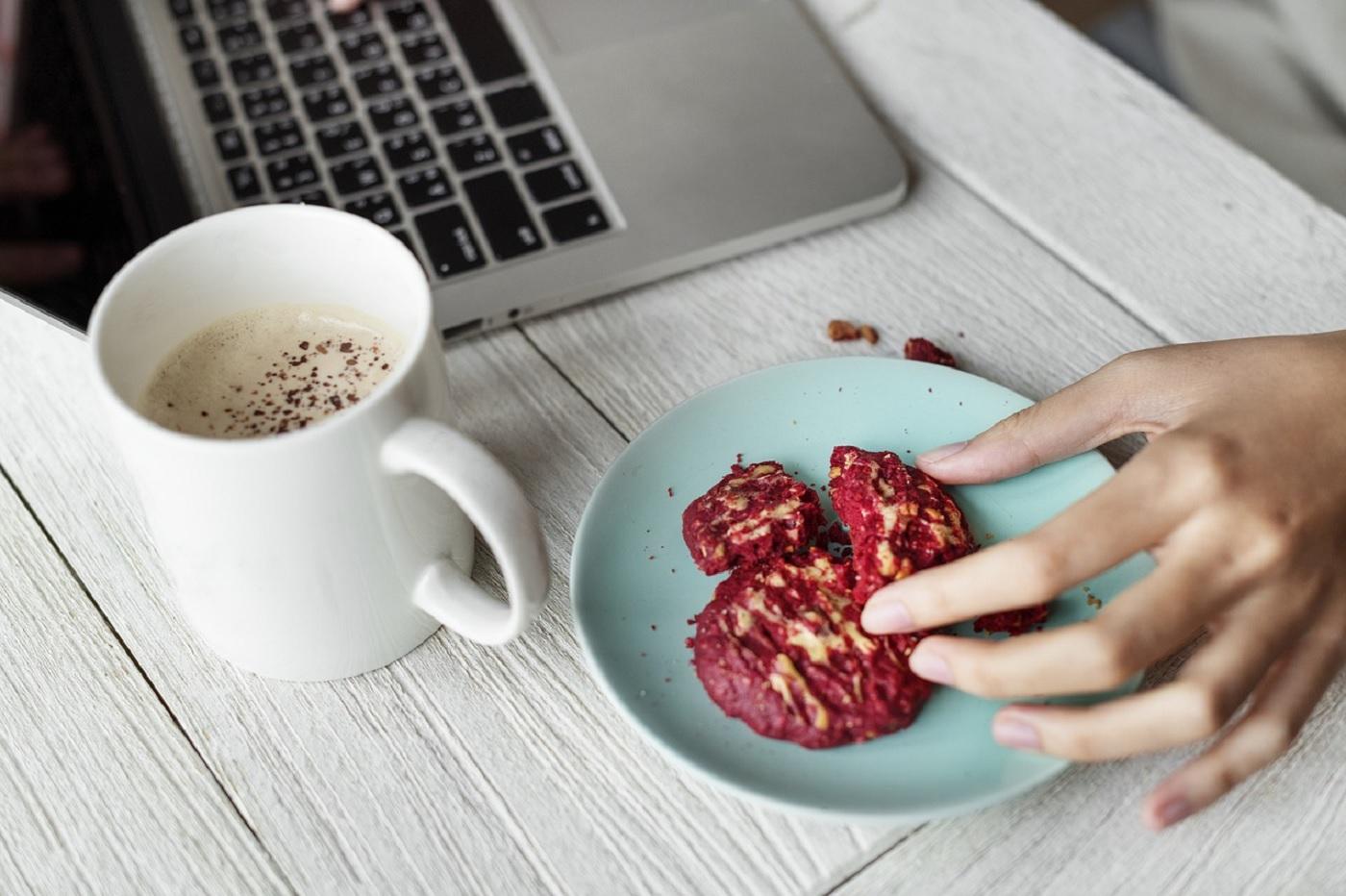 Café, laptop, cookies et bureau travail