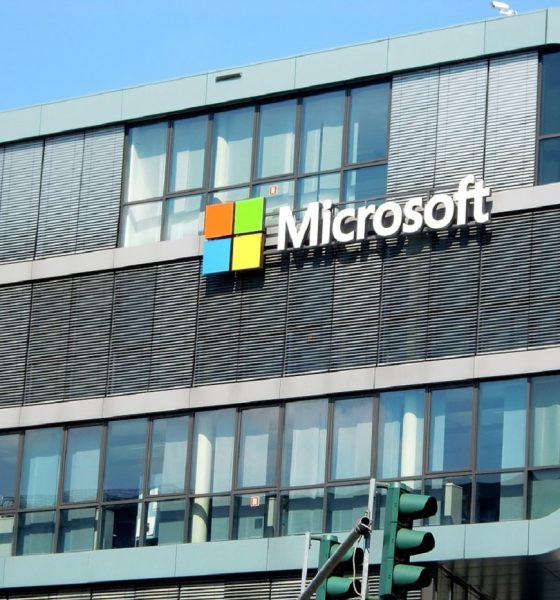 Un bâtiment avec le logo de Microsoft