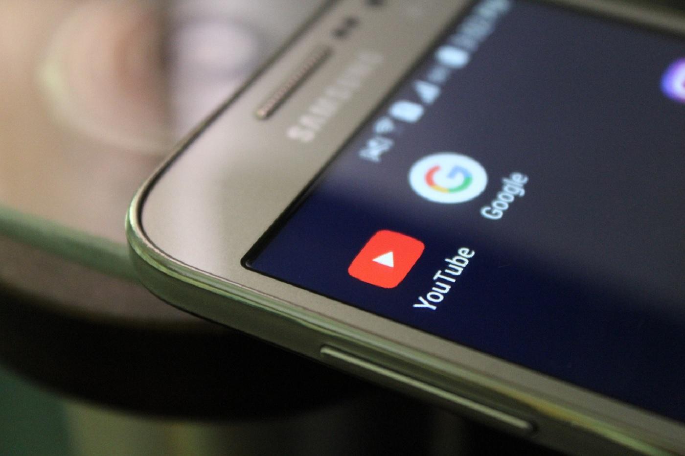 YouTube et Google sur un smartphone Android