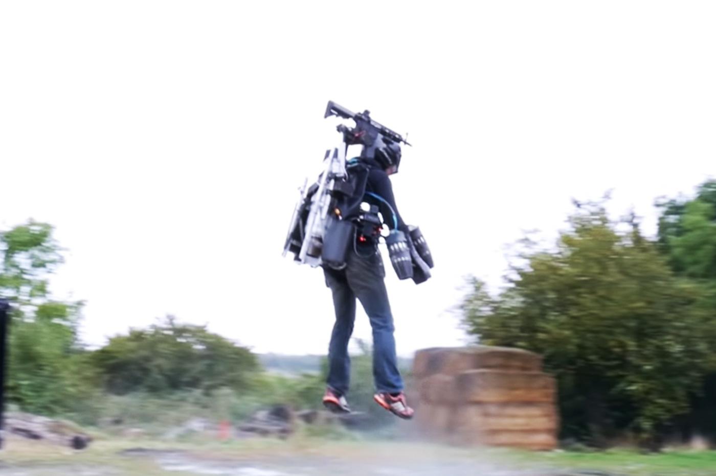 L'armure volante façon Iron Man se dote d'un fusil téléguidé