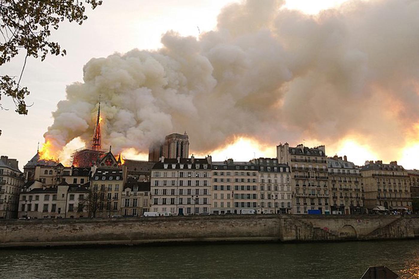Notre-Dame de Paris série