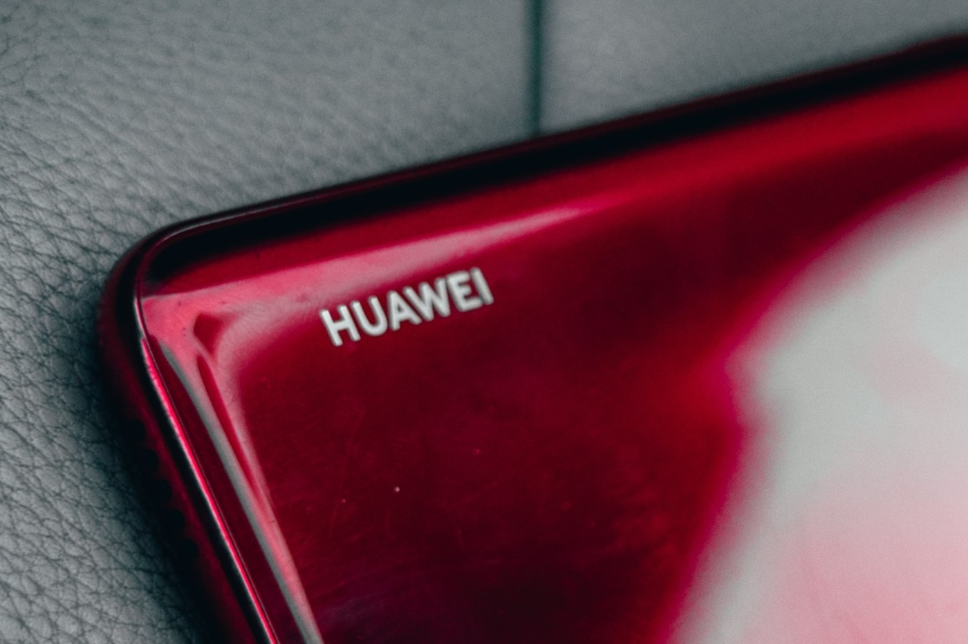La marque Huawei sur le dos d'un smartphone