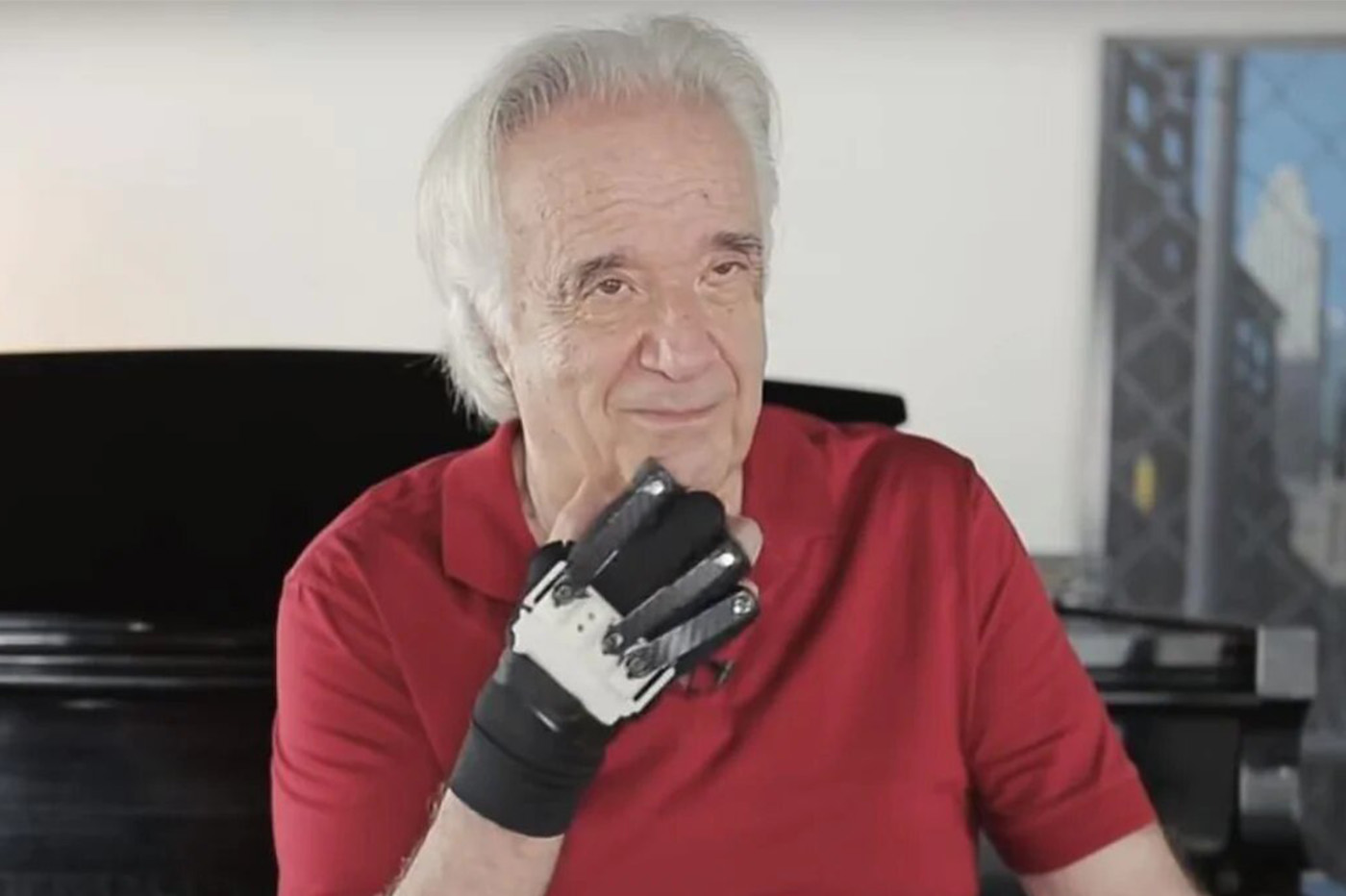 Un célèbre musicien brésilien rejoue du piano grâce à des gants bioniques