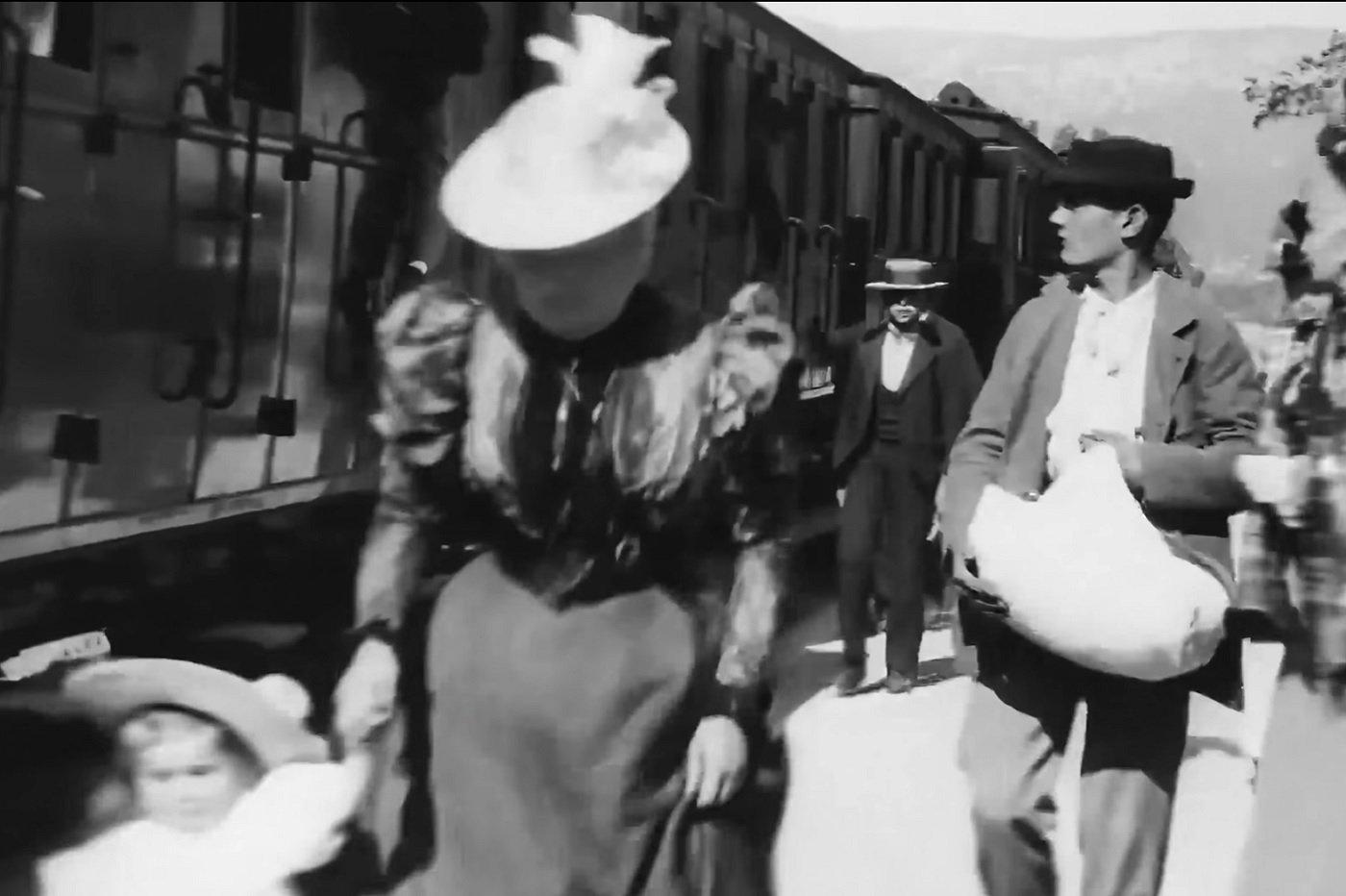 """Capture d'écran sur la version améliorée (en 4K et 60 fps) par Denis Shiryaev de """"L'Arrivée d'un train en gare de La Ciotat"""""""