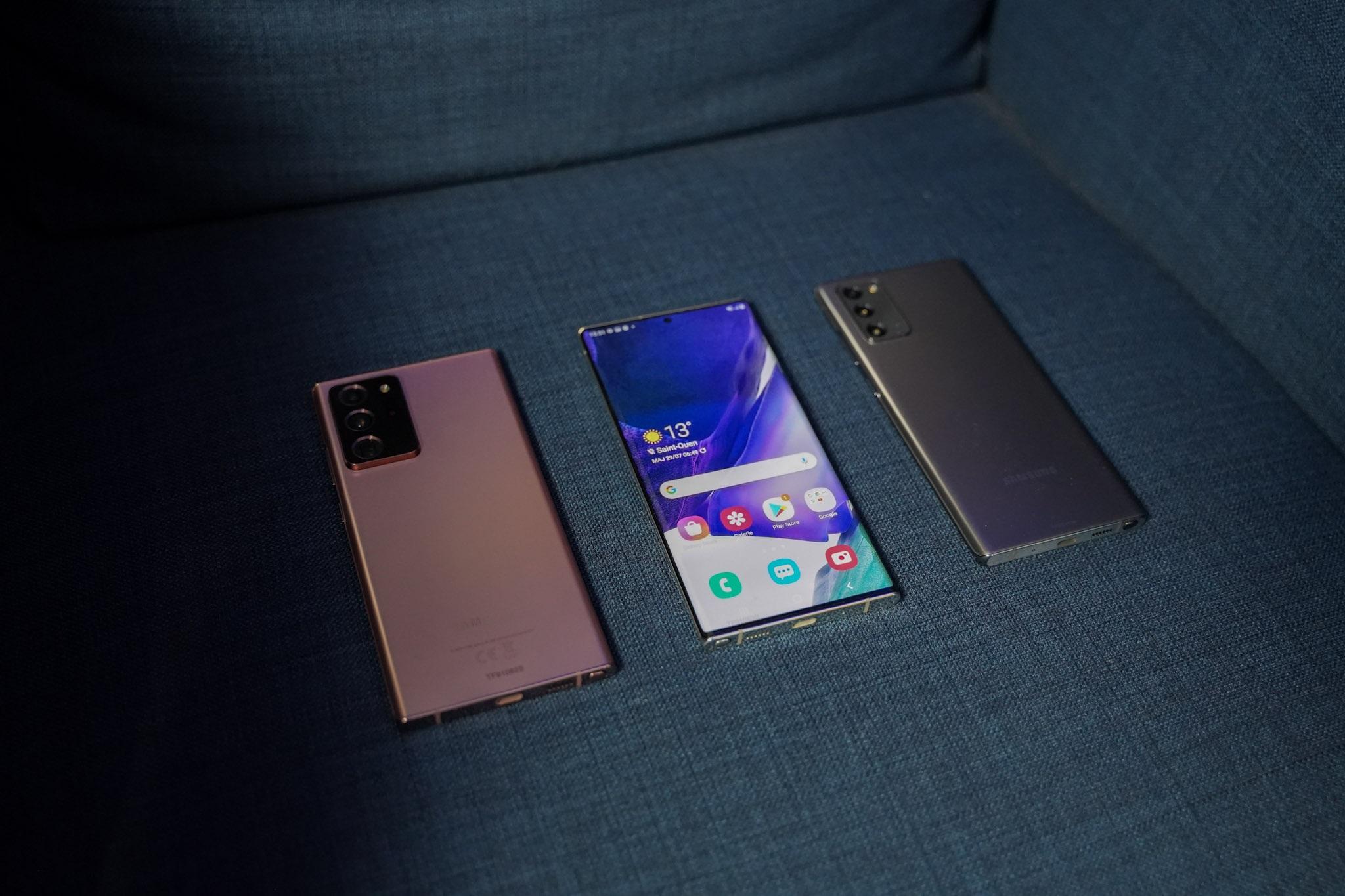L'écran incurvé du Galaxy Note 20 Ultra au milieu.
