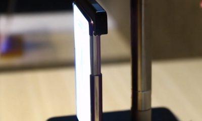 Vu de profil d'un smartphone à écran enroulable
