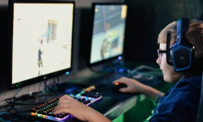 Adolescent jouant à Fortnite