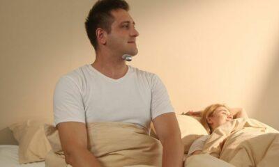 Homme utilisant le Snore Circle