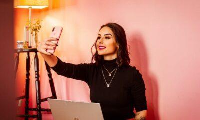 Jeune femme se filmant avec son smartphone
